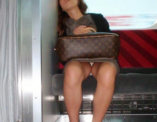 【電車パンチラ】あまりにハイリスク過ぎな電車内対面座席からのパンチラ盗撮!!・9枚目