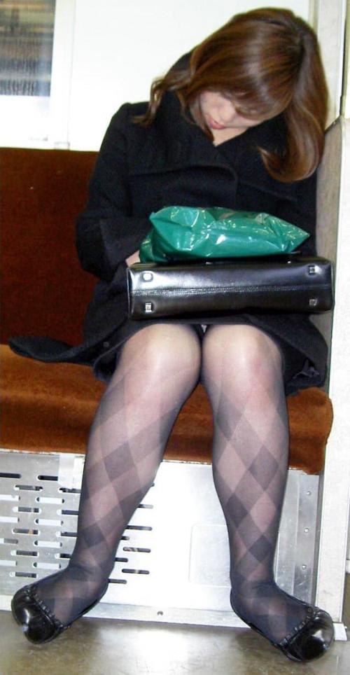 【電車パンチラ】あまりにハイリスク過ぎな電車内対面座席からのパンチラ盗撮!!・12枚目