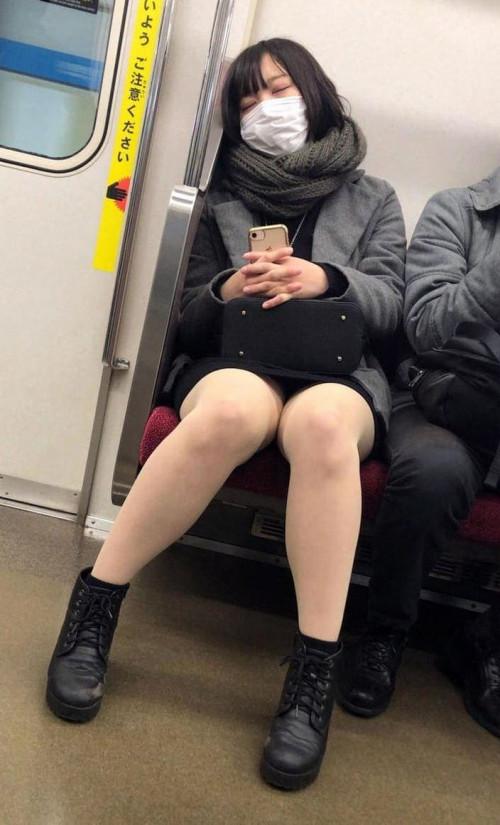 【電車パンチラ】あまりにハイリスク過ぎな電車内対面座席からのパンチラ盗撮!!・15枚目