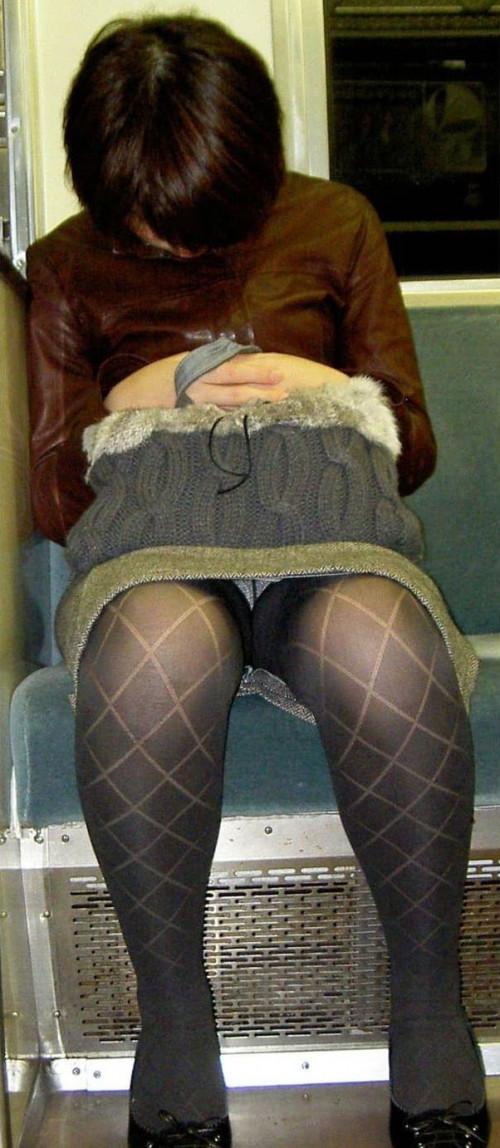 【電車パンチラ】あまりにハイリスク過ぎな電車内対面座席からのパンチラ盗撮!!・21枚目