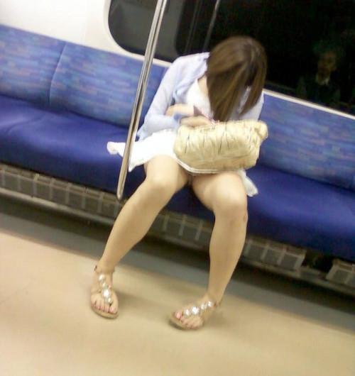 【電車パンチラ】あまりにハイリスク過ぎな電車内対面座席からのパンチラ盗撮!!・23枚目