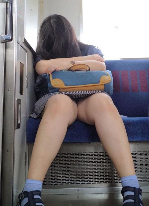 【電車パンチラ】あまりにハイリスク過ぎな電車内対面座席からのパンチラ盗撮!!・25枚目
