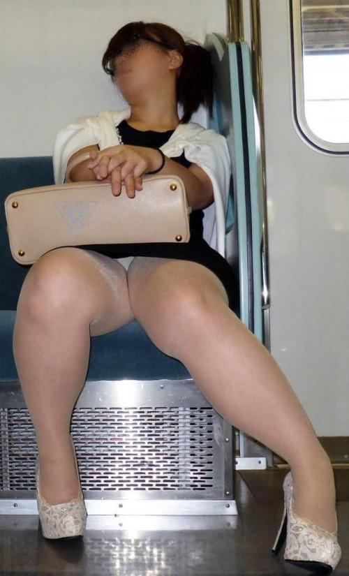 【電車パンチラ】あまりにハイリスク過ぎな電車内対面座席からのパンチラ盗撮!!・27枚目