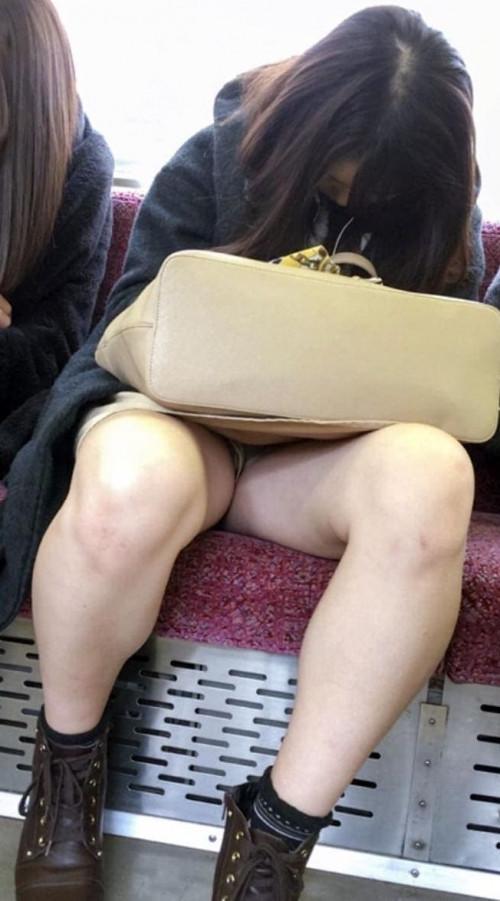 【電車パンチラ】あまりにハイリスク過ぎな電車内対面座席からのパンチラ盗撮!!・28枚目
