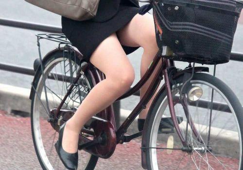 【美脚エロ】タイトスカートで自転車通勤、OLさんの美脚を愛でるエロ画像がコチラwwwww