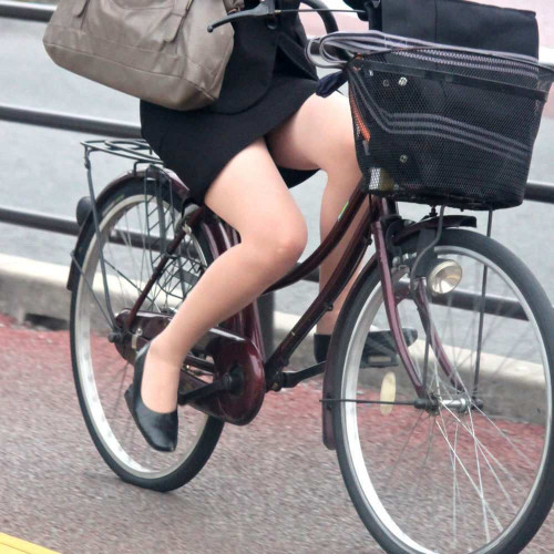 【美脚エロ】タイトスカートで自転車通勤、OLさんの美脚を愛でるエロ画像がコチラwwwww・1枚目