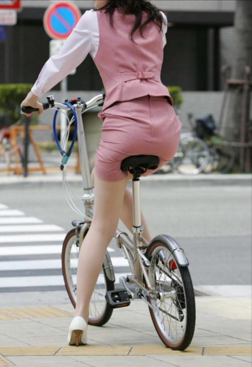 【美脚エロ】タイトスカートで自転車通勤、OLさんの美脚を愛でるエロ画像がコチラwwwww・2枚目
