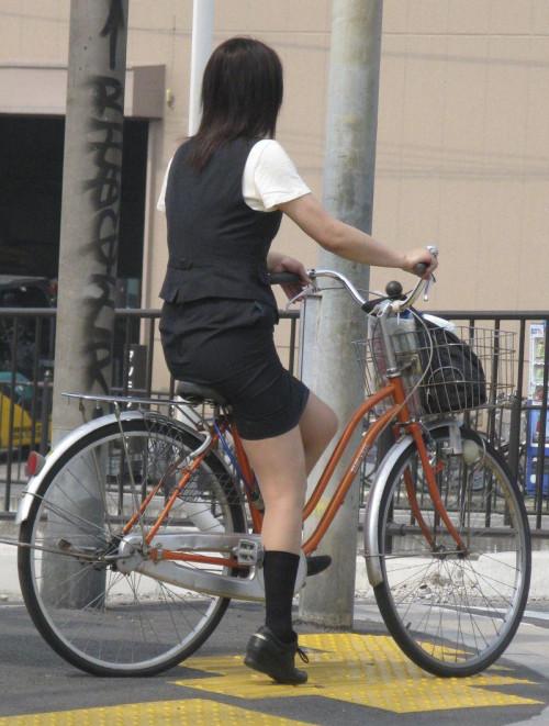 【美脚エロ】タイトスカートで自転車通勤、OLさんの美脚を愛でるエロ画像がコチラwwwww・3枚目