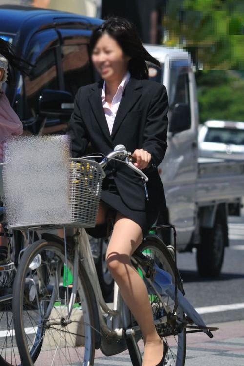 【美脚エロ】タイトスカートで自転車通勤、OLさんの美脚を愛でるエロ画像がコチラwwwww・4枚目