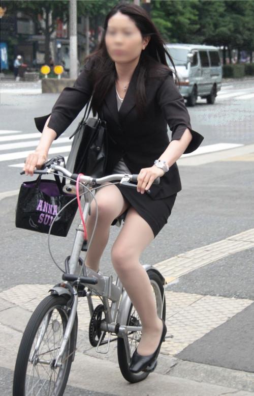 【美脚エロ】タイトスカートで自転車通勤、OLさんの美脚を愛でるエロ画像がコチラwwwww・5枚目