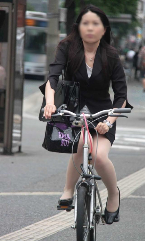 【美脚エロ】タイトスカートで自転車通勤、OLさんの美脚を愛でるエロ画像がコチラwwwww・6枚目