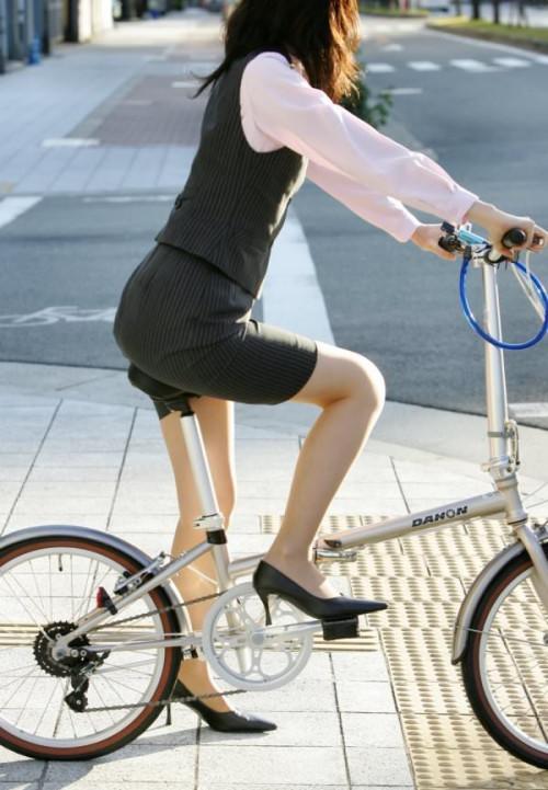 【美脚エロ】タイトスカートで自転車通勤、OLさんの美脚を愛でるエロ画像がコチラwwwww・7枚目