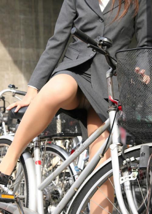 【美脚エロ】タイトスカートで自転車通勤、OLさんの美脚を愛でるエロ画像がコチラwwwww・8枚目