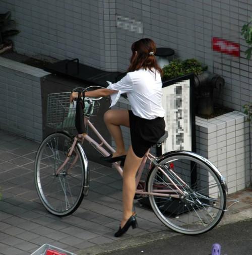 【美脚エロ】タイトスカートで自転車通勤、OLさんの美脚を愛でるエロ画像がコチラwwwww・12枚目