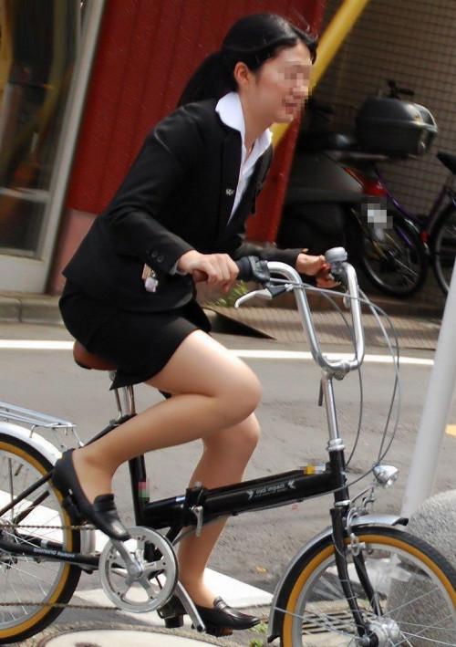【美脚エロ】タイトスカートで自転車通勤、OLさんの美脚を愛でるエロ画像がコチラwwwww・13枚目