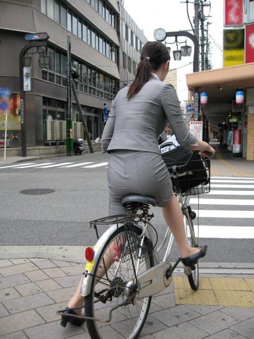 【美脚エロ】タイトスカートで自転車通勤、OLさんの美脚を愛でるエロ画像がコチラwwwww・14枚目