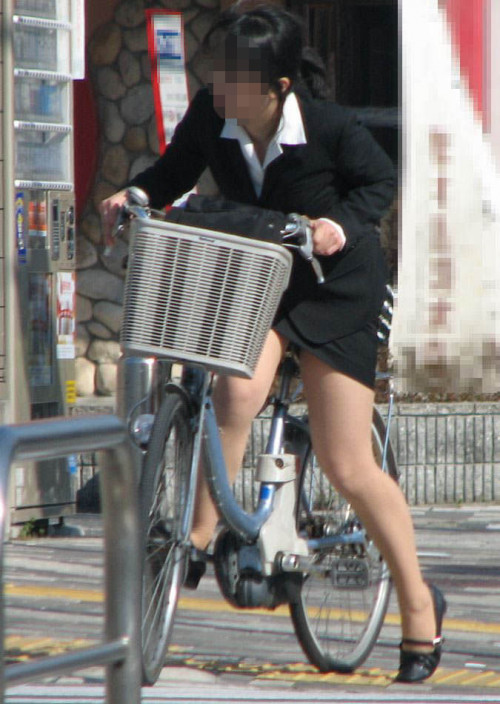【美脚エロ】タイトスカートで自転車通勤、OLさんの美脚を愛でるエロ画像がコチラwwwww・15枚目