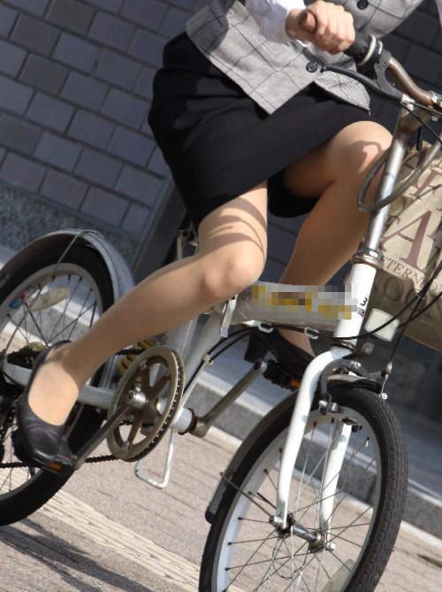 【美脚エロ】タイトスカートで自転車通勤、OLさんの美脚を愛でるエロ画像がコチラwwwww・16枚目