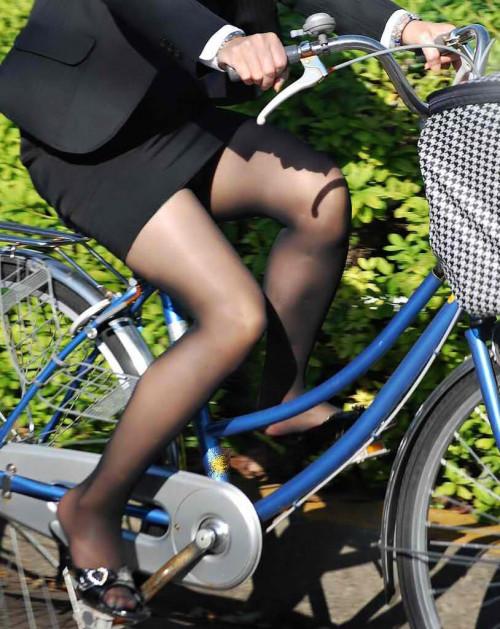 【美脚エロ】タイトスカートで自転車通勤、OLさんの美脚を愛でるエロ画像がコチラwwwww・17枚目