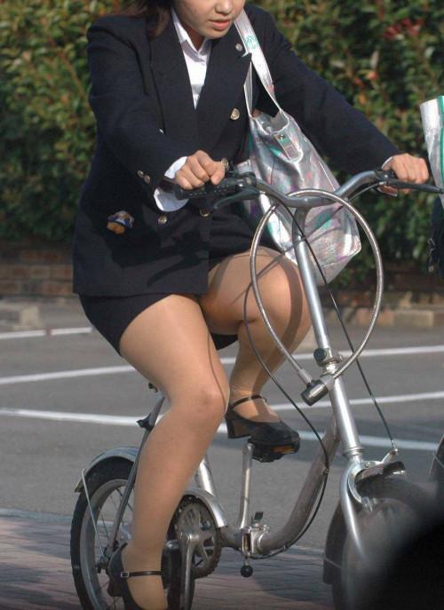 【美脚エロ】タイトスカートで自転車通勤、OLさんの美脚を愛でるエロ画像がコチラwwwww・18枚目