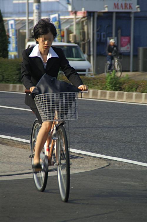 【美脚エロ】タイトスカートで自転車通勤、OLさんの美脚を愛でるエロ画像がコチラwwwww・19枚目