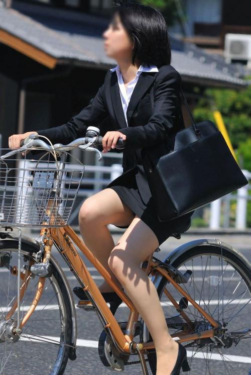 【美脚エロ】タイトスカートで自転車通勤、OLさんの美脚を愛でるエロ画像がコチラwwwww・21枚目