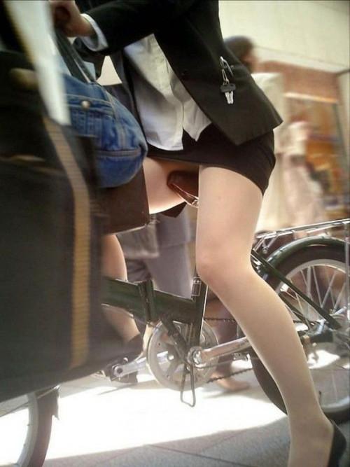 【美脚エロ】タイトスカートで自転車通勤、OLさんの美脚を愛でるエロ画像がコチラwwwww・23枚目