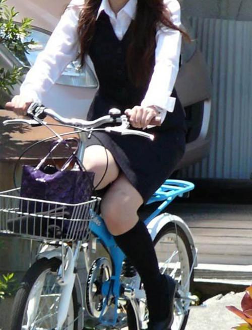 【美脚エロ】タイトスカートで自転車通勤、OLさんの美脚を愛でるエロ画像がコチラwwwww・24枚目