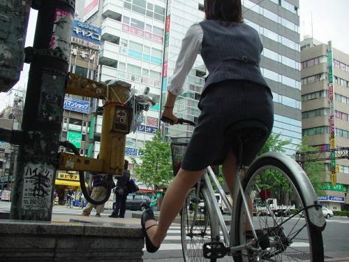 【美脚エロ】タイトスカートで自転車通勤、OLさんの美脚を愛でるエロ画像がコチラwwwww・25枚目