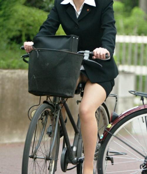 【美脚エロ】タイトスカートで自転車通勤、OLさんの美脚を愛でるエロ画像がコチラwwwww・26枚目