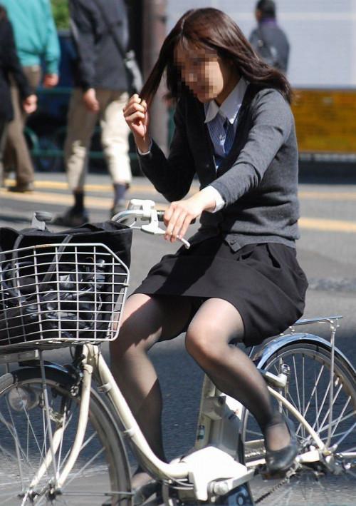 【美脚エロ】タイトスカートで自転車通勤、OLさんの美脚を愛でるエロ画像がコチラwwwww・27枚目