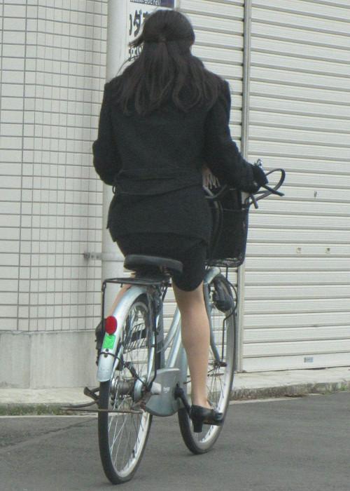 【美脚エロ】タイトスカートで自転車通勤、OLさんの美脚を愛でるエロ画像がコチラwwwww・28枚目
