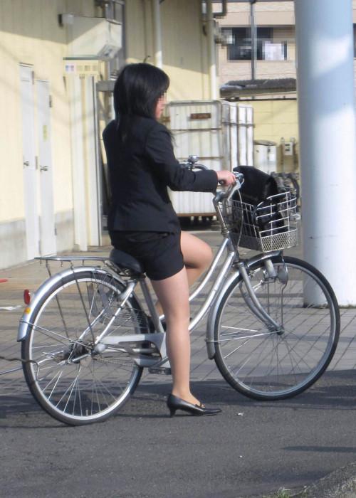 【美脚エロ】タイトスカートで自転車通勤、OLさんの美脚を愛でるエロ画像がコチラwwwww・29枚目