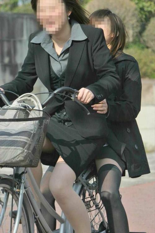 【美脚エロ】タイトスカートで自転車通勤、OLさんの美脚を愛でるエロ画像がコチラwwwww・30枚目
