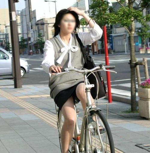 【美脚エロ】タイトスカートで自転車通勤、OLさんの美脚を愛でるエロ画像がコチラwwwww・31枚目