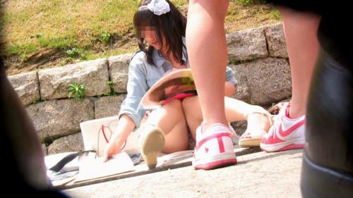 """【しゃがみパンチラ】スカート姿なのに人前で堂々としゃがむ女子のパンチラを盗撮した""""街撮りしゃがみパンチラ""""のエロ画像・2枚目"""