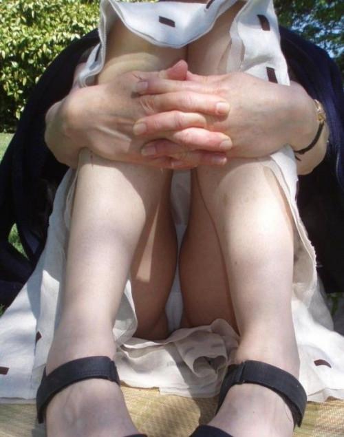 """【しゃがみパンチラ】スカート姿なのに人前で堂々としゃがむ女子のパンチラを盗撮した""""街撮りしゃがみパンチラ""""のエロ画像・3枚目"""