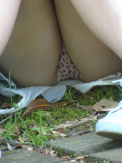 """【しゃがみパンチラ】スカート姿なのに人前で堂々としゃがむ女子のパンチラを盗撮した""""街撮りしゃがみパンチラ""""のエロ画像・9枚目"""