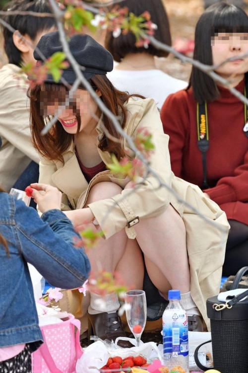 """【しゃがみパンチラ】スカート姿なのに人前で堂々としゃがむ女子のパンチラを盗撮した""""街撮りしゃがみパンチラ""""のエロ画像・11枚目"""
