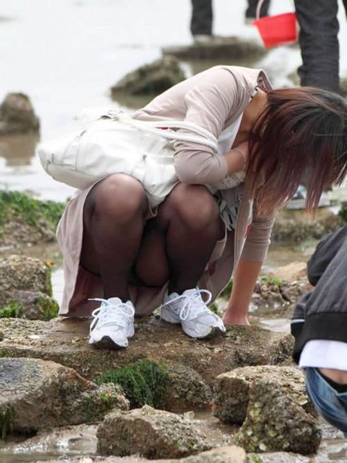 """【しゃがみパンチラ】スカート姿なのに人前で堂々としゃがむ女子のパンチラを盗撮した""""街撮りしゃがみパンチラ""""のエロ画像・17枚目"""
