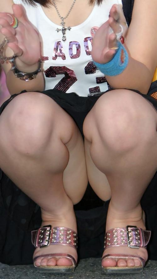 """【しゃがみパンチラ】スカート姿なのに人前で堂々としゃがむ女子のパンチラを盗撮した""""街撮りしゃがみパンチラ""""のエロ画像・24枚目"""