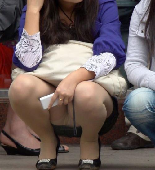 """【しゃがみパンチラ】スカート姿なのに人前で堂々としゃがむ女子のパンチラを盗撮した""""街撮りしゃがみパンチラ""""のエロ画像・26枚目"""