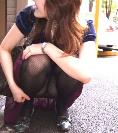 """【しゃがみパンチラ】スカート姿なのに人前で堂々としゃがむ女子のパンチラを盗撮した""""街撮りしゃがみパンチラ""""のエロ画像・28枚目"""