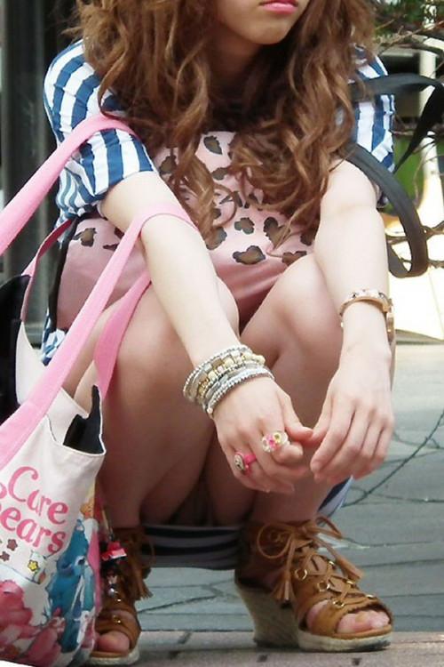 """【しゃがみパンチラ】スカート姿なのに人前で堂々としゃがむ女子のパンチラを盗撮した""""街撮りしゃがみパンチラ""""のエロ画像・29枚目"""
