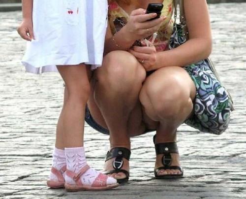 """【しゃがみパンチラ】スカート姿なのに人前で堂々としゃがむ女子のパンチラを盗撮した""""街撮りしゃがみパンチラ""""のエロ画像・30枚目"""