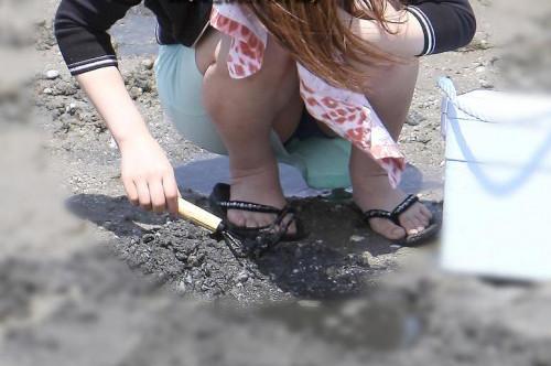 """【しゃがみパンチラ】スカート姿なのに人前で堂々としゃがむ女子のパンチラを盗撮した""""街撮りしゃがみパンチラ""""のエロ画像・32枚目"""