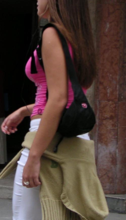 【街撮りおっぱい】Tシャツの前がガッツリ開いてる巨乳素人の谷間盗撮エロ画像・24枚目