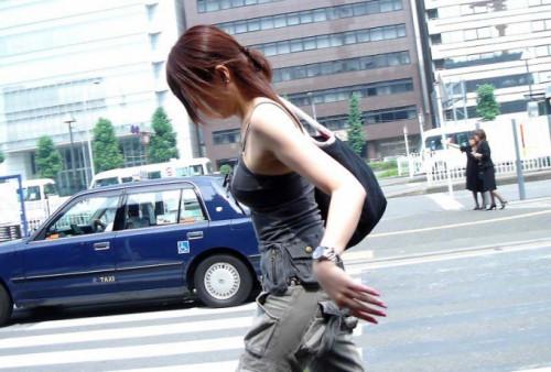 【街撮りおっぱい】Tシャツの前がガッツリ開いてる巨乳素人の谷間盗撮エロ画像・29枚目