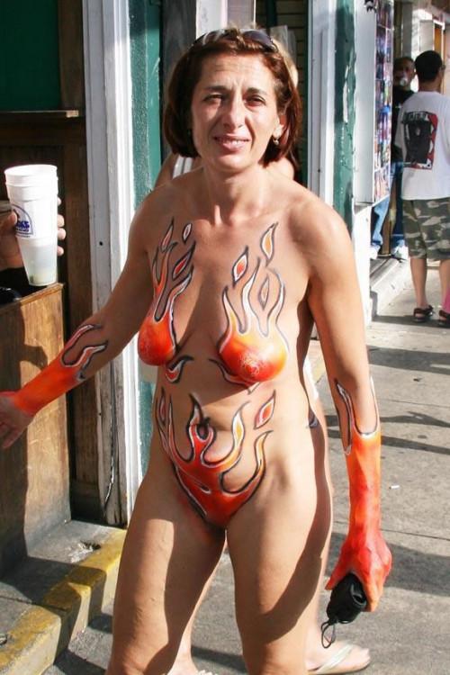 【ボディペインティング】身体にペイントを施して街を練り歩くクレイジーな陽キャ外人ネキのエロ画像・1枚目