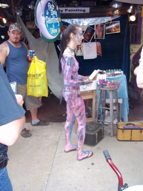 【ボディペインティング】身体にペイントを施して街を練り歩くクレイジーな陽キャ外人ネキのエロ画像・3枚目